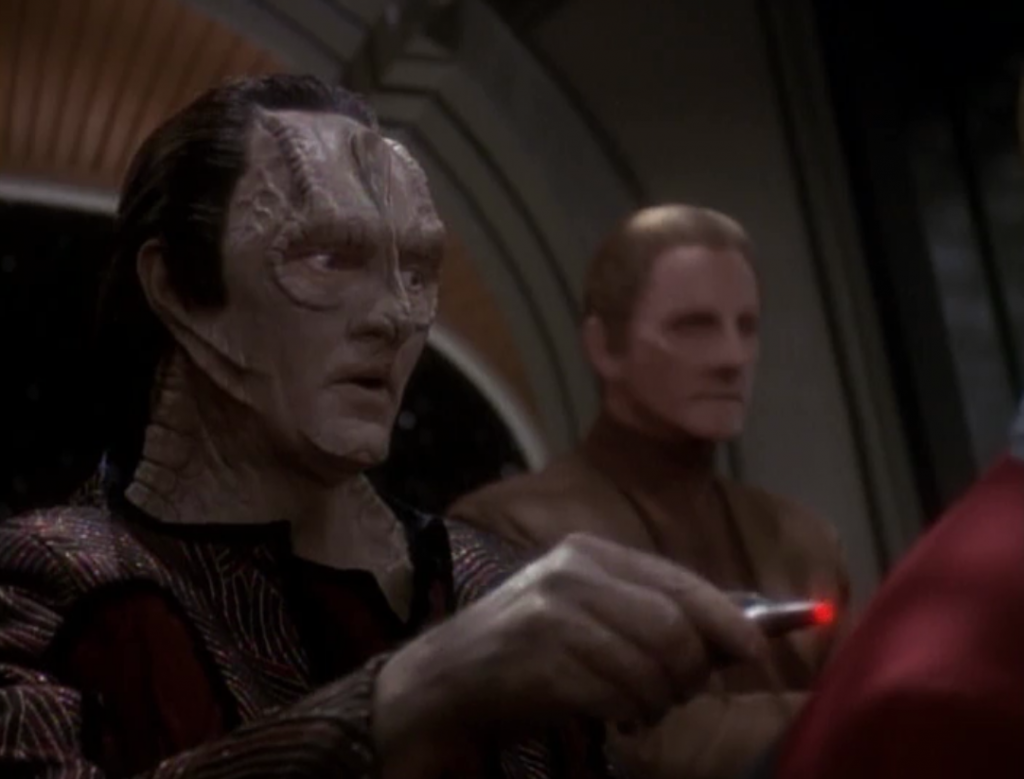 Sisko isn't supposed to betray the Klingons, since they're still allies, so he just lets Garak take his measurements while his staff talks about it