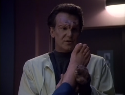 Some aliens find Riker's foot